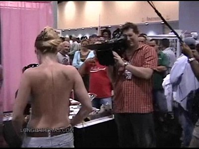 Public Blonde Milf video: Exxxotica Miami 2007 Leona gets body painted