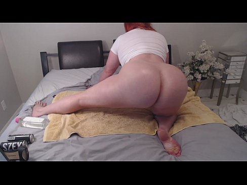 naked woman oiling huge booty