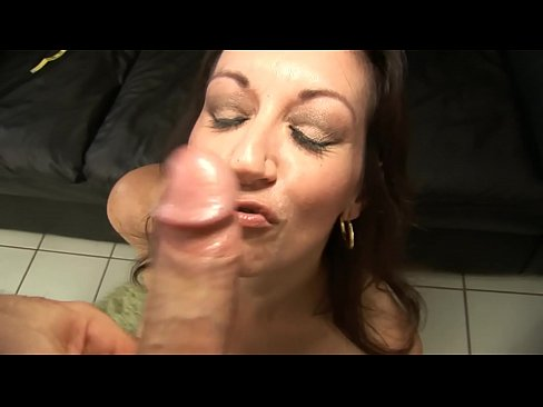 PHOTOGRAPHER FUCKS SLUTTY BRUNETTE MOM DURING THE FILMING