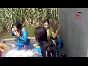 www.desichoti.tk presents Village ladies and girls hot bathing in open