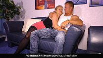 HAUSFRAU FICKEN - Busty blonde German granny cheats with younger guy and gets cum on tits Vorschaubild