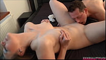 Amateur couple show how to make it horny in home bedroom