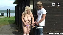 He finds and bangs blonde granny in the changing room Vorschaubild
