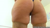 Curvy milf Montse Swinger fucks herself with a large dildo Vorschaubild