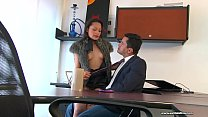 Everyone in this office is a sex addict, the secretary is complacent and her boss is a hot cachon. they do not stop stopping to make good afternoons of sex that also include the clients that pass through the hands of the boss