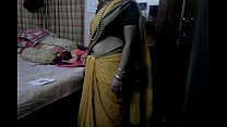 Desi tamil Married aunty exposing navel in sare... thumb
