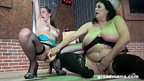Big momma makes stripper squirt
