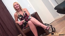 Laura, une milf blonde...