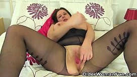 English milf Jessica needs to satisfy her hungry fanny