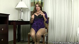 American milf Sheila plays...