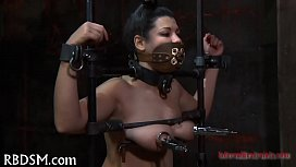 Clamping beauty'_s knockers
