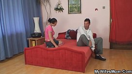 Wife finds old mom riding her hubby'_s cock