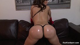 Amy Anderssen shakes ass...