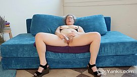Yanks Clementine Fingers Her Meaty Pussy