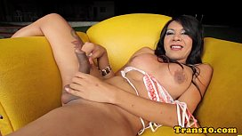 Amateur tranny spreading her...