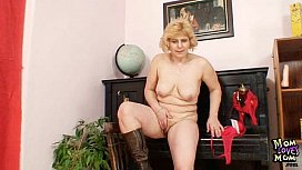 Amateur mature mom spreads...
