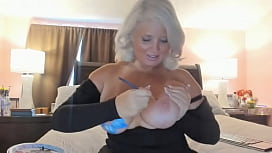 Curvy MILF Rosie: Body Painting Sexy CamShow