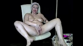 How beautiful this juicy mature bitch with a shaved pussy is! (AimeeParadise)
