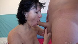 Mature lady seduced a...