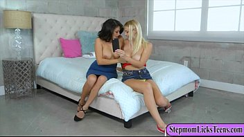 Busty momma and teenie babe pleasuring pussies on the bed Vorschaubild