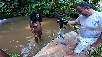 The young black girl taking photos and videos in the stream - Bruna Black - Binho Ted - Sandro Lima - Fabio Silva