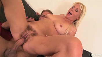 Kathy Anderson parts her hairy lips with a dildo 5分钟