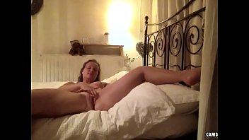 Dutch slut Emma from camskiwi.com having fun on bed
