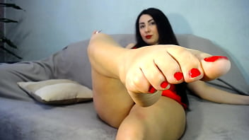 Hot milf  NataliaChoyz pained urs cute toe nails to red colore!