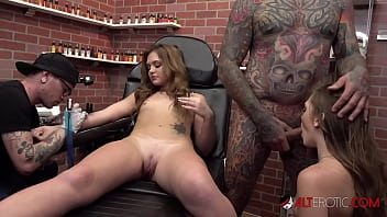 The White twins get tattoos then suck a big dick 10分钟