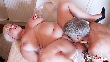 Mature lady got fingered and toyed her wet pussy