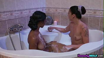Nubian cougar MILF in tribbing fest with athletic raven