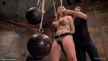 MILF takes crotch rope tied to balls 5分钟