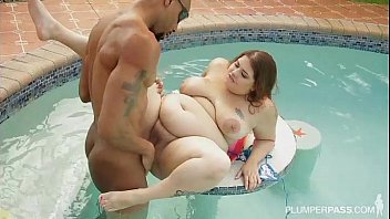 BBW Sydney Screams Fucks BBC Underwater in Pool