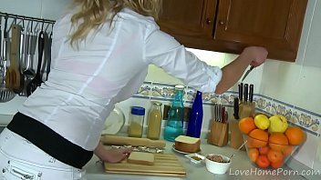 Busty Blonde Gets It In The Kitchen 33分钟