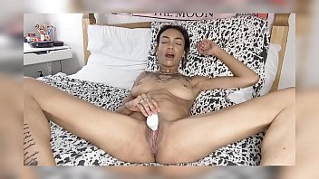 Thotiana94 play with herself