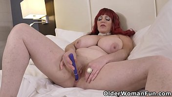 Canadian BBW milf Roxee Robinson toys her mature pussy