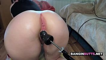 PHAT ASS camgirl loses control and SQUIRTS all over fuck machine