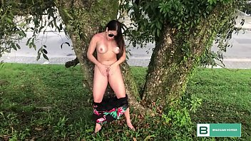 Brazil is beautiful naked in the square, and shows her sensuality in exhibitionism. (Full Video in xvideos red)