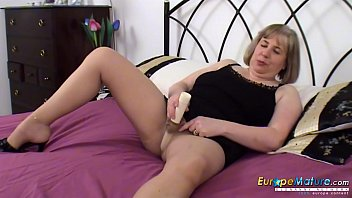EuropeMaturE Auntie Trisha Solo Toy Masturbation