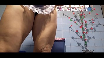 THE SEXY MUCAMA TAKES THE DELICIOUS GOLDEN RAIN AND SHOWS HER FEET