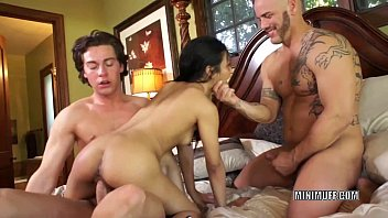 Filipina coed Sydnee Taylor gets fucked in a threesome 28分钟