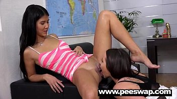 Lady Dee pee swapping with a hot babe