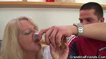 Hot threesome party with sexy blonde grandma 6分钟