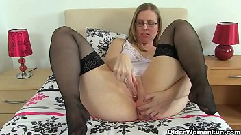 British milf Tammy gives her wet fanny a workout