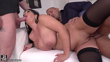Curvy babe Anissa got double penetrated