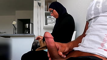 He wanks his cock in the waiting room, this Muslim businesswoman is caught in the act of empty explosive French ball ...