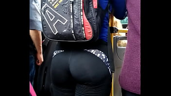 pendeja culona en colectivo. girl ass in bus