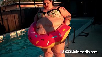 SSBBW Ivy Davenport Stuck In A Pool Inflatable