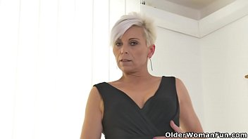 Euro milf Kathy White rubs her nyloned pussy