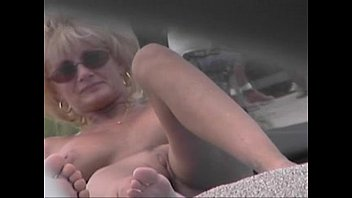 Video de Nude Beach Voyeur - Cougar MILF desnuda en la playa Nude